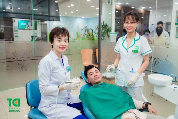 Với hàn răng trực tiếp, bác sĩ chỉ cần vệ sinh sạch sẽ răng cần trám và cho vật liệu trực tiếp vào khoảng trống cần hàn và tiến hành hàn trám răng thẩm mỹ.
