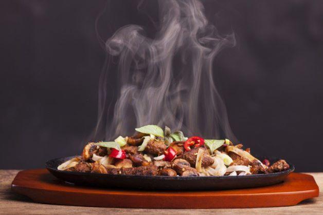 Đồ ăn nóng cũng có thể làm tăng nguy cơ ảnh hưởng đến miếng trám răng.