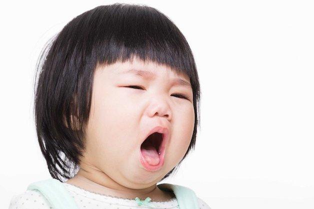 Khi bệnh khởi phát, các cơn ho xuất hiện đột ngột, khiến trẻ ho rũ rượi