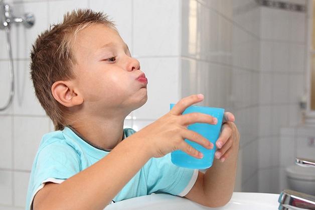 Cha mẹ cần phải lưu ý nghiên cứu thật kỹ các loại nước súc miệng trước khi cho con sử dụng