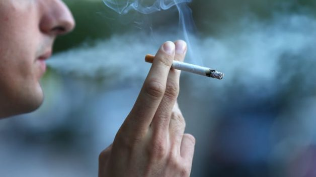 Hút thuốc khiến cao răng bị đen