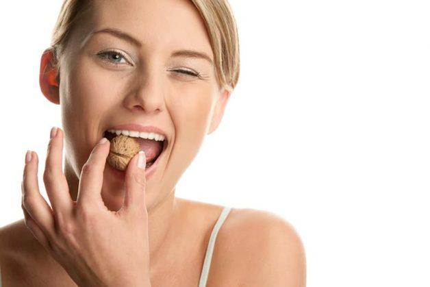 Sau khi dán veneer răng, không nên dùng răng để ăn những thực phẩm quá cứng, quá dai