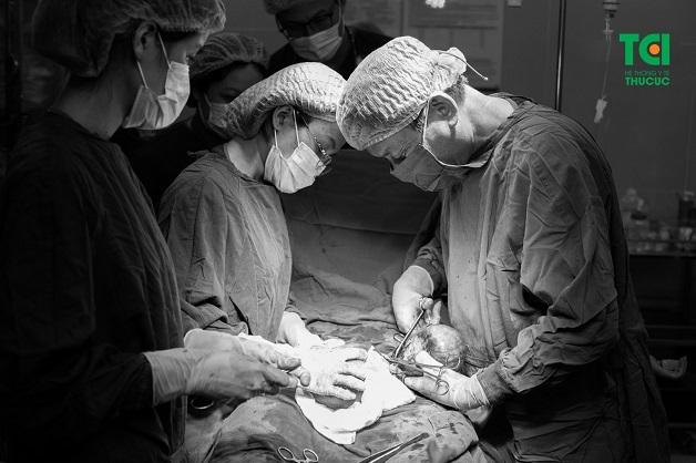 Một ca mổ đẻ kết hợp bóc u nang buồng trứng được thực hiện tại Bệnh viện ĐKQT Thu Cúc