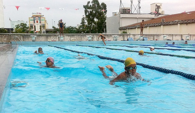 Không vệ sinh tai sau khi bơi tại bể bơi công cộng làm gia tăng nguy cơ nhiễm nấm tai