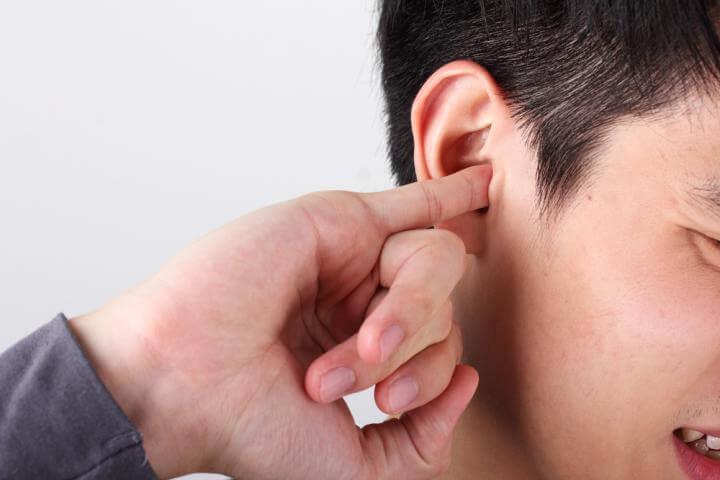 Ngứa tai do nấm là triệu chứng phổ biến nhất
