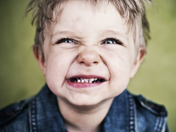 trẻ nghiến răng gây áp xe răng