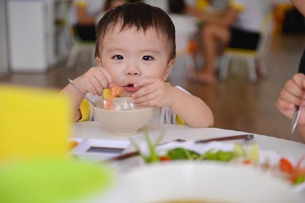 Thiết kế chế độ ăn uống lành mạnh để phòng ngừa viêm lợi ở trẻ em 2 tuổi