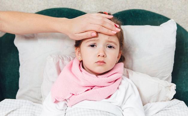 Khi mắc bệnh thiếu máu thiếu sắt, trẻ sẽ có một số biểu hiện như: Thường xuyên quấy khóc, mệt mỏi, lờ đờ, da tái xanh, yếu ớt…
