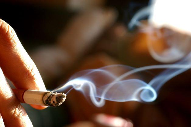 Những người hút thuốc lá, thuốc lào thường xuyên sẽ dẫn đến khô miệng và có mùi khó chịu