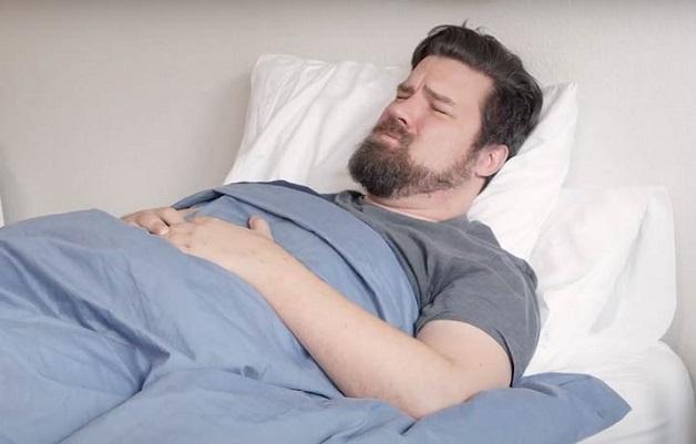 Người bệnh trào ngược dạ dày khi ngủcó dấu hiệu đau, nóng ngực,... khi nằm