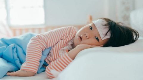 Trẻ bị sốt nên làm gì? 7 mẹo hạ sốt an toàn và hiệu quả tại nhà