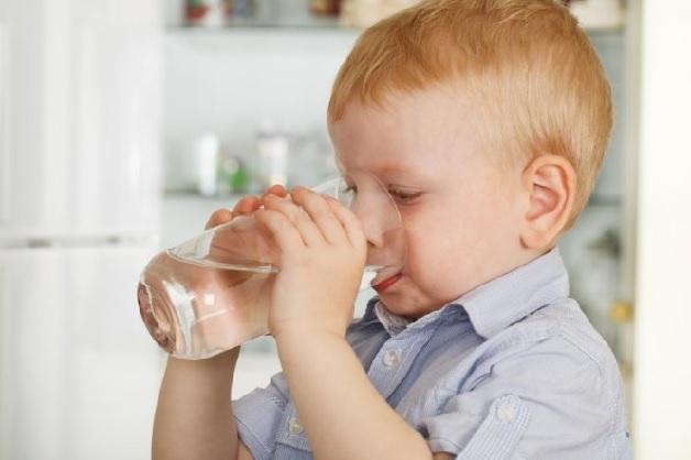 Trẻ bị sốt nên làm gì? Bố mẹ hãy cho con uống nhiều nước