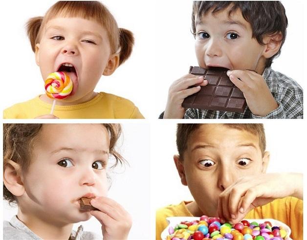 Trẻ ăn nhiều đồ ăn vặt là một trong những nguyên nhân dẫn đến tình trạng trẻ biếng ăn không tăng cân
