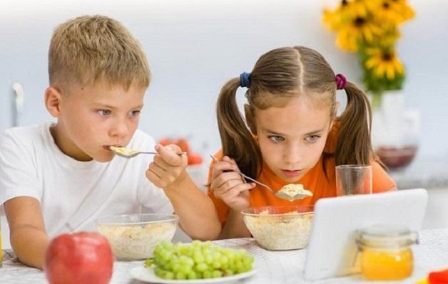 Việc vừa xem ti vi vừa ăn ảnh hưởng đến bữa ăn, làm cho trẻ mất tập trung khi ăn uống, hình thành thói quen xấu