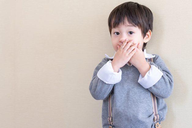 Bên cạnh việc nổi cục ở lợi, hơi thở của trẻ sẽ có mùi hôi