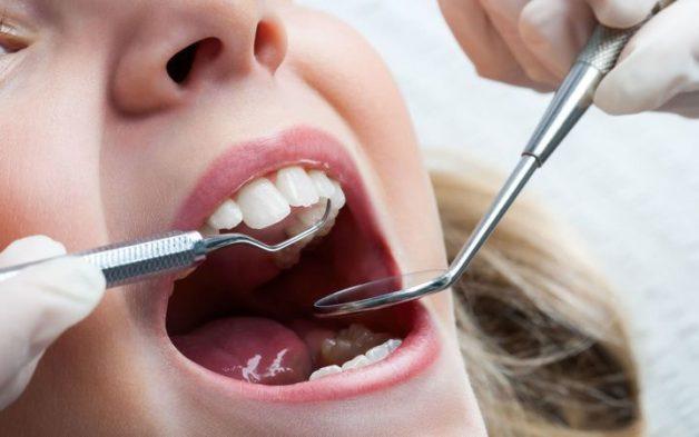 Để biết trẻ có nên nhổ răng khi bị áp xe răng sữa không, cần đưa con đến các cơ sở nha khoa uy tín để bác sĩ kiểm tra mức độ áp xe và có phương án điều trị phù hợp