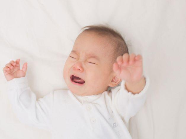 Không gian ngủ có nhiều ánh sáng, tiếng ồn cũng là nguyên nhân khiến trẻ ngủ không ngon và dễ tỉnh giấc.