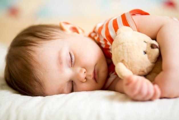 Cha mẹ có thể giúp cho trẻ ngủ ngon bằng cách cho trẻ mang theo đồ dùng mà trẻ yêu thích đi ngủ như gấu bông