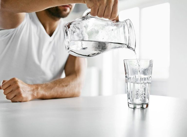 Uống đủ nước là biện pháp đơn giản nhưng hỗ trợ điều trị bệnh hiệu quả