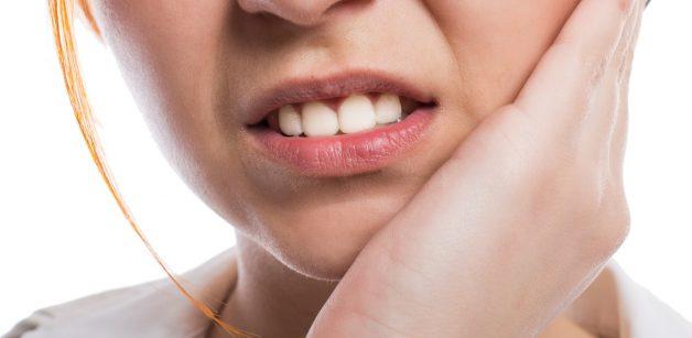 Những cơn đau răng sẽ xuất hiện với cường độ tăng dần là một biểu hiện điển hình của viêm lợi trùm