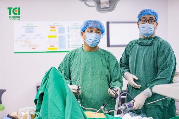 Trong trường hợp cần thiết, viêm phúc mạc cần được phẫu thuật để loại bỏ các mô nhiễm trùng