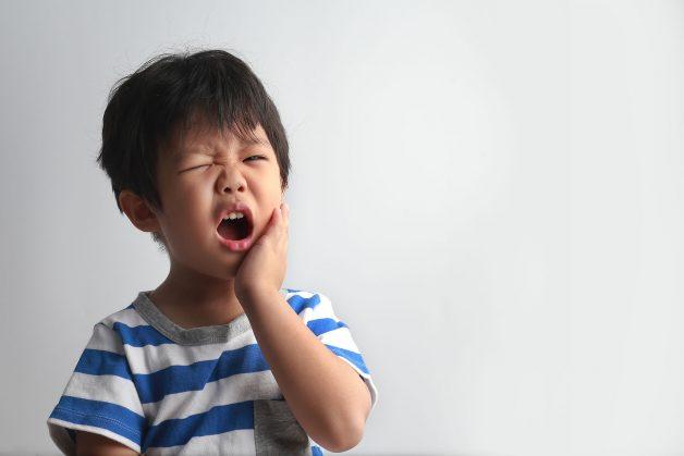 Khi viêm tuỷ răng sữa chuyển sang giai đoạn cấp tính, trẻ sẽ gặp những cơn đau dữ dội