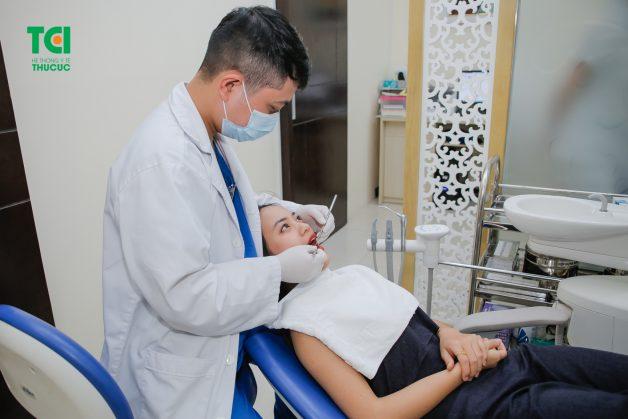 Bệnh nhân tiến hành tái khám sau khi nhổ răng khôn