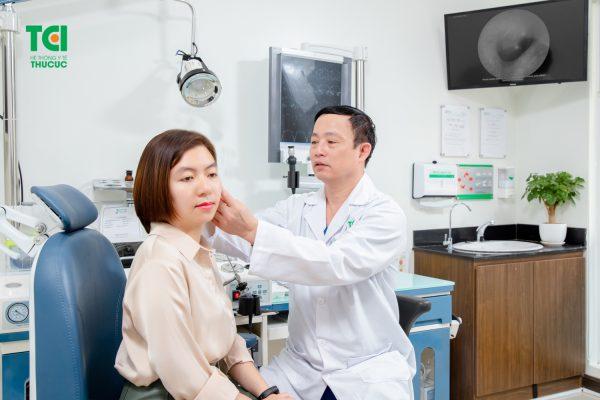 bác sĩ thăm khám và tư vấn cho bệnh nhân