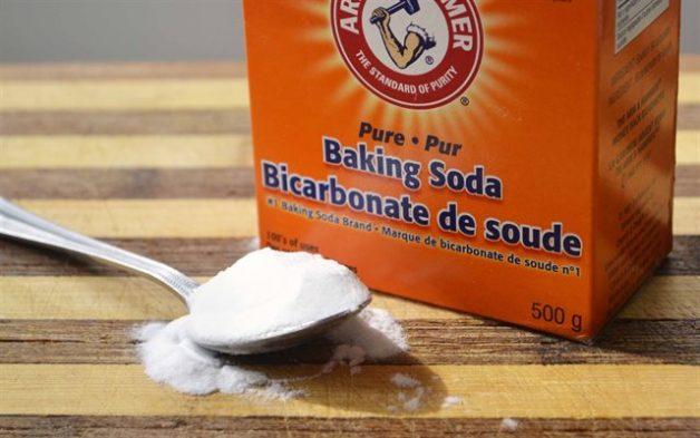 Baking soda là một nguyên liệu dễ tìm, giá thành rẻ và dễ thực hiện giúp loại bỏ mảng bám răng