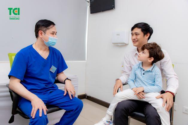 Đối với trẻ dưới 6 tuổi, cha mẹ cần đưa trẻ vào viện để theo dõi và điều trị nội trú nếu phát hiện con nhiễm bệnh.