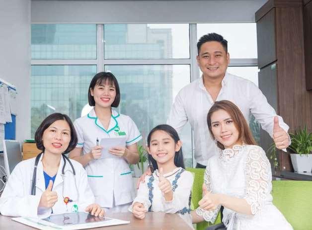Gia đình diễn viên Minh Tiệp thăm khám
