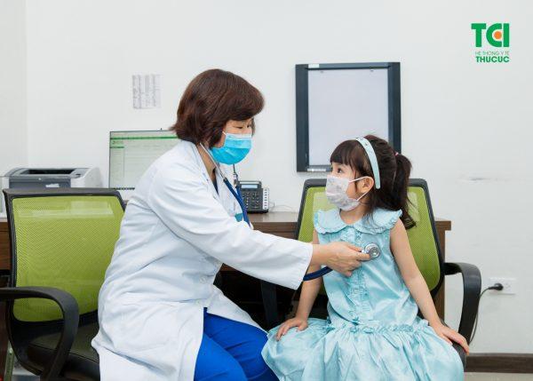 bác sĩ Nhi thăm khám