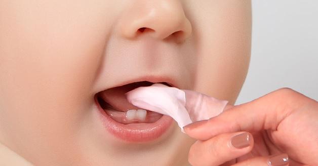 Bố mẹ nên rơ lưỡi đều đặn cho con