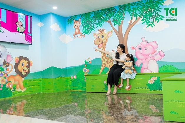 Chuyên khoa Nhi đã trang bị riêng sân chơi với không gian thoáng mát để hỗ trợ điều trị bệnh cho trẻ.