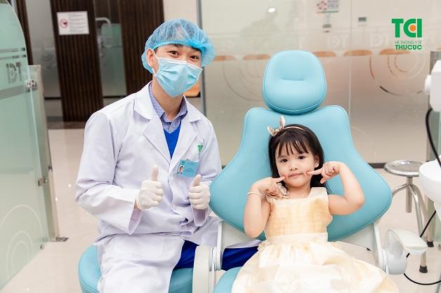 Cách chữa sâu răng cho bé 6 tuổi tốt nhất là đưa con tới bệnh viện