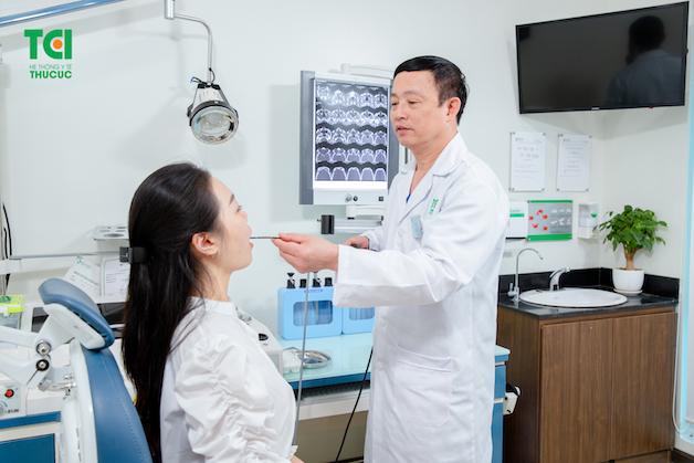 Thăm khám trước khi phẫu thuật sẽ giúp bác sĩ đánh giá chính xác về mức độ tổn thương của amidan và đưa ra phương án phù hợp.