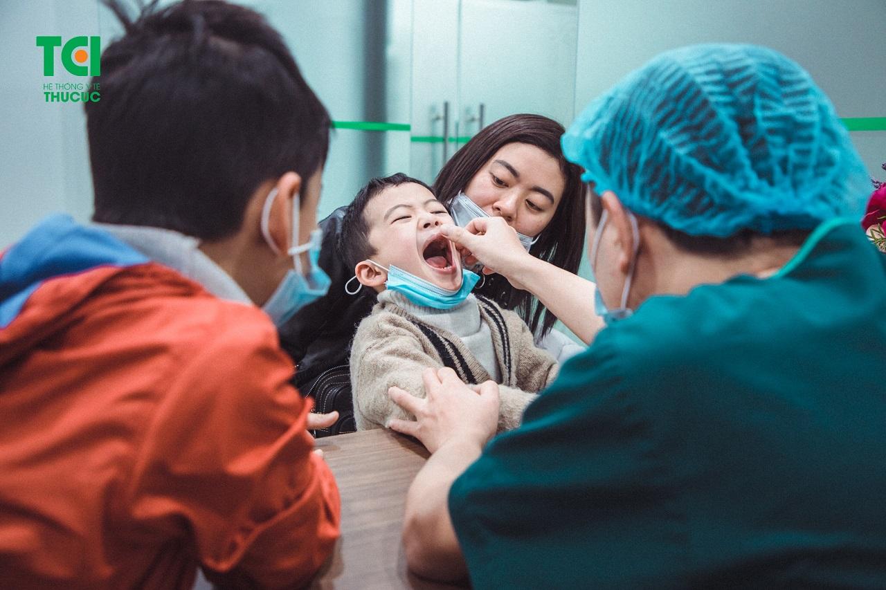 Thăm khám và chẩn đoán tình trạng dính thắng lưỡi cho trẻ