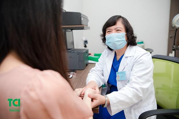 Chị em nên đi khám để được bác sĩ tư vấn phương pháp điều trị phù hợp khi phát hiện thai ngoài dạ con thoái triển