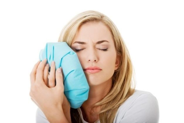 Chườm lạnh là một trong những cách chữa ê nhức răng hiệu quả vào ban đêm