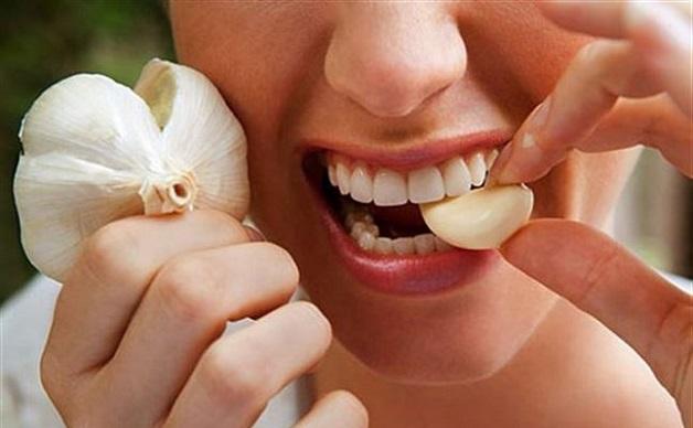 Giã tỏi hoặc nhai tỏi là một trong những cách chữa nhức răng nhanh nhất mà nhiều người áp dụng.