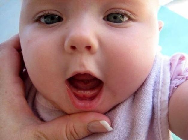 Có rát nhiều nguyên nhân khiến trẻ quấy khóc khi mọc răng