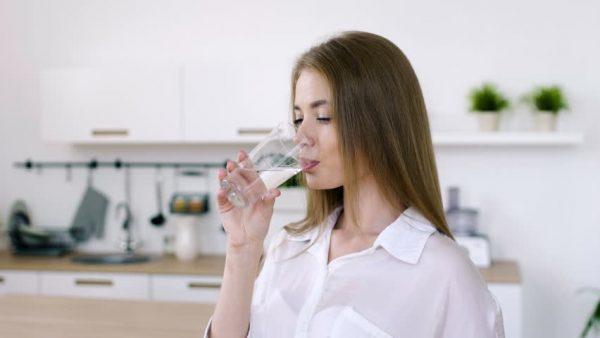 Bổ sung nước đầy đủ mỗi ngày cũng là cách để bạn bảo vệ sức khỏe mình tốt hơn