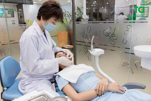 Bác sĩ sẽ thực hiện đắp sứ lên mặt trước của răng sao cho chuẩn đẹp nhất và chắc chắn nhất