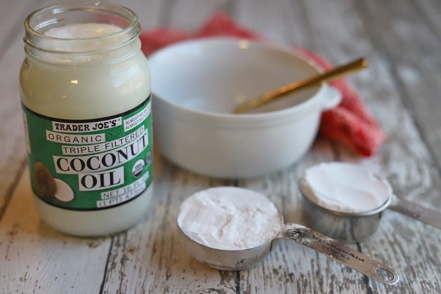 Sự kết hợp giữa dầu dừa và baking soda sẽ tạo nên một hỗn hợp hiệu quả để tẩy trắng răng