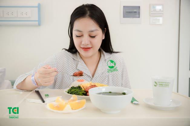 Mẹ được phục vụ 3 bữa ăn/ngày với thực đơn phong phú, giàu dinh dưỡng, giúp mẹ gọi sữa và nhanh hồi phục sức khỏe