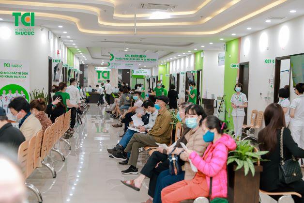 Rất nhiều khách hàng và đăng ký thăm khám tại buổi lễ khai trương