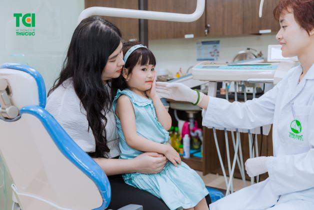 Trẻ nhỏ cũng có nguy cơ mắc phải các vấn đề răng miệng như người lớn.