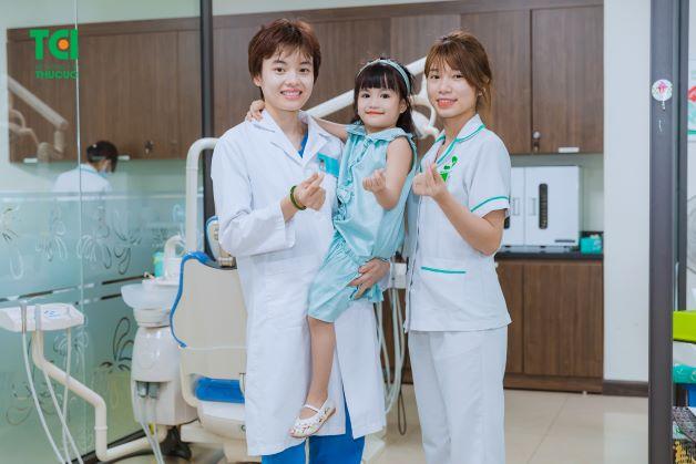Chọn một nha sĩ uy tín sẽ khiến cha mẹ hiểu rõ về tình trạng răng miệng của con, đồng thời có thể đưa ra những biện pháp điều trị phù hợp, hiệu quả.