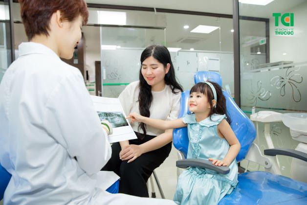 Khám răng cho bé định kỳ 6 tháng/lần là việc làm rất quan trọng.
