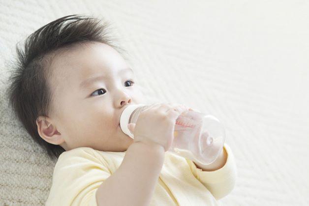 Trẻ bị viêm họng và sốt cao nên xử lý thế nào?